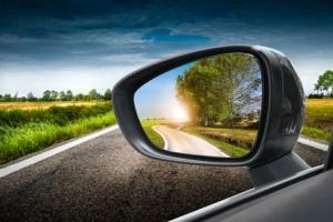 strada di campagna riflessa nello specchio retrovisore